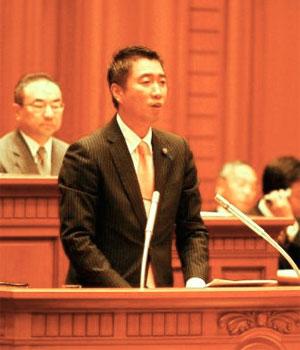 大阪市議会で当時の平松市長に質問する